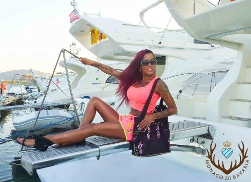 Originelle bayerische Trachtentasche Handtasche, Shopper, Strandtasche im Lederhosen-Stil und Wildleder-Optik von der Premiummarke Monaco di Bavaria (M, braun/pink) braun/pink