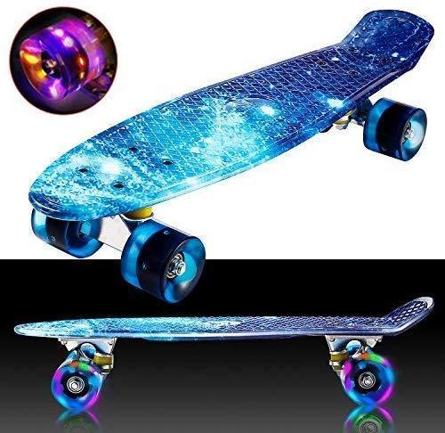 Hiriyt Mini Cruiser Skateboard 22 Zoll Fishboard FÜR Anfänger Jugendliche Und Erwachsene - Tragbares Mini-Skateboard - 4 Ledteile Erleuchten Das Glatte PU Rad (Blau / weißes Rad / Riemen)