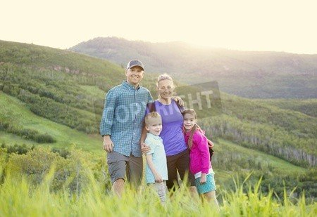 "Leinwand-Bild 60 x 40 cm: ""A beautiful young family hiking on a nice scenic evening in the rocky mountains of Utah in the United States of America"", Bild auf Leinwand"