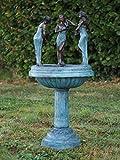 Brunnen dekoriert mit drei Frauen mit Krügen als Wasserspeier aus Bronze