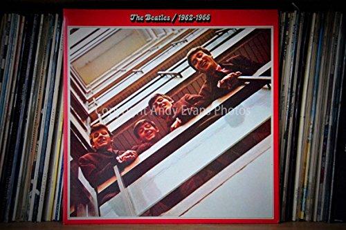 Eine 45,7x 30,5cm Fotografieren Fotodruck The Beatles 1962-1966Compilation Album veröffentlicht in 1973Landschaft Foto Color Fine Art Bild Print. Fotografie von Andy Evans Fotos (Vinyl Album-player)