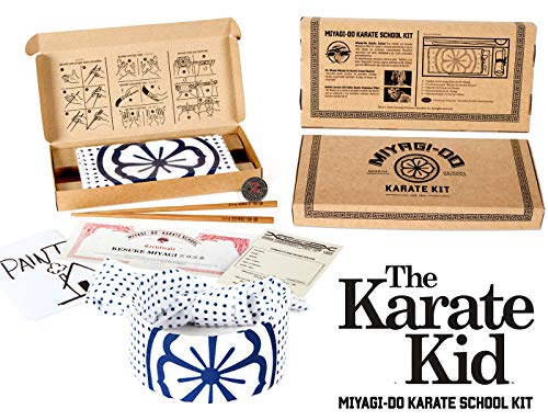Doctor Collector Karate Kid - Kit Escuela SR. Miyagi (Pañuelo, Palillos, Diploma, Pin, etc)