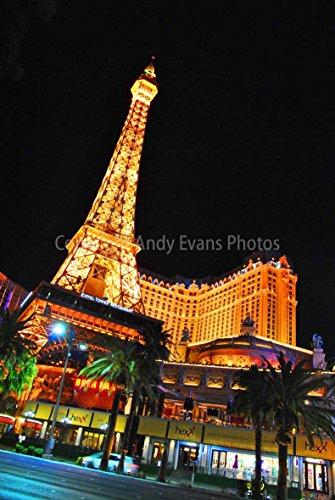 ein hochwertiger Fotodruck der Eiffelturm im Paris Hotel und Casino bei Nacht in Las Vegas Nevada USA America Hochformat Foto Farbe Bild Art Print oder Poster 8