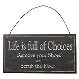 NIKKY HOME Das Leben ist voll von Entscheidungen Entfernen Sie Ihre Schuhe oder schrubben die Boden Holz Wand Dekorative Zeichen, schwarz