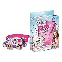 La confezione contiene 3 braccialetti e 18 ciondoli di Violetta per personalizzare il tuo look! Età 3+