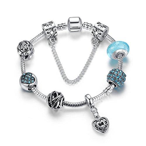 Magnifique bracelet en perles de verre bleu a pendantes, breloques en forme de cœur. Le bracelet a un total de 7perles et breloques et est livré sur un bracelet plaqué argent. Créez vos propres. Les perles et charms sont amovibles et remplaçables. I...