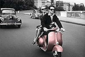 Paris - Couple Pink Vespa POSTER PAPIER measures 36 x 24 inches (91.5 x 61cm environ)