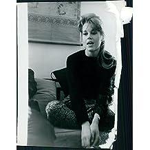 Vintage Foto de Jane Fonda casually sentado en un sofá.