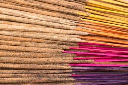 100 varitas de incienso indias hechas a mano con una mezcla aleatoria de 11 esencias diferentes: nag champa, sándalo, ámbar, loto, canela, jazmín, henna, cedro, pachulí, fantasía y opio; ¡hasta 8 esencias en tu pedido!