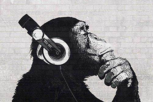 Poster Schimpanse mit Kopfhörern vor einer Steinwand - Größe 61 x 91,5 cm - Maxiposter