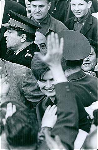 Vintage Photo de 1965une photo d'un ancien cosmonaut Russe et la première femme à avoir voler dans l'espace, avoir été Sélectionnée de plus de quatre cents Demandeurs et cinq finalistes à Pilot Vostok 6sur le 16juin 1963Valentina Vladimirovna terechkova debout dans la foule une police.