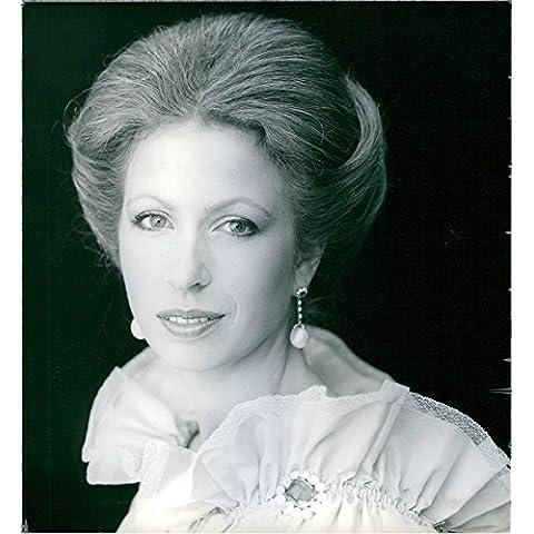 Vintage foto de la princesa Anne será 28en el 15de agosto de 1978. Ella es visto aquí con un vestido de noche de encaje color crema, con un zafiro y diamante Broche.