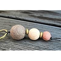 Schlüsselanhänger mit Filz- und Holzperlen in verschiedenen Größen und Formen in beige, goldfarben, altrosa und naturfarben;