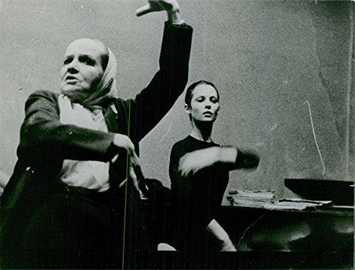 Vintage photo of Sonia Petrovna Dancing con una donna, 1966.