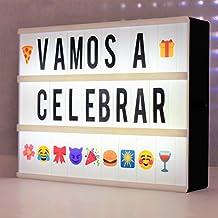 Caja de luz con letras (A4 LED Caja de Cine Lightbox) incluye 181 letras, numeros, y emojis (coloridos) y 1,5m USB, fantástico para celebrar ocasiones especiales, la caja de luz cinematográfica es un regalo perfecto, crea tus propios mensajes personalizados, sorprende a tus amigos y familiares. Esta caja de luz con letras también es perfecta para promociones publicitarias en tiendas, bares y restaurantes.