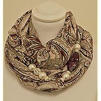 Sciarpa gioiello grigio e rosa a fantasia, con dettaglio viola in argilla polimerica. Con Swarovski Prodotto artigianale