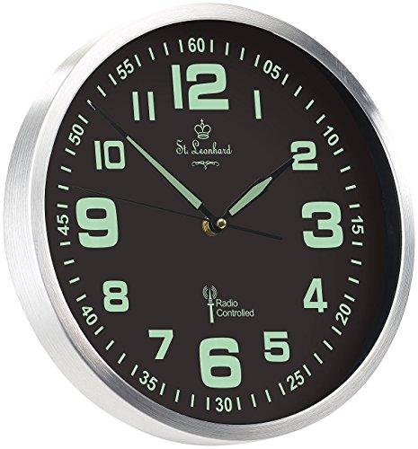 St. Leonhard Funkwanduhr: Funk-Wanduhr mit Quarz-Uhrwerk, nachleuchtenden Ziffern und Zeigern (Leuchtuhr)