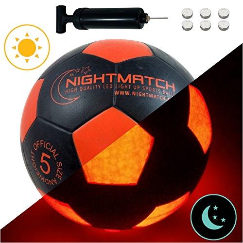 NIGHTMATCH LEUCHTFUSSBALL MIT BALLPUMPE & ERSATZBATTERIEN - Black Edition - toller Kinder-Fussball Ball - helle, Sensor-aktivierte LED-Beleuchtung - Größe 5 - Offizielle Größe & Gewicht -