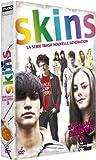 Après le succès de la saison 1, les teenagers de   Skins reviennent pour aborder des sujets plus sombres, plus   dramatiques et encore plus trash comme le handicap, le   décès, la maladie et l'avortement. Écrite   par des ados pour des ados, cette 2è...