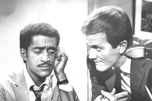 Moviestore Sammy Davis Jr. als Larry Miller unt Pat Boone als Dave Williams in The Pigeon 91x60cm Schwarzweiß-Posterdruck (Miller Jr)