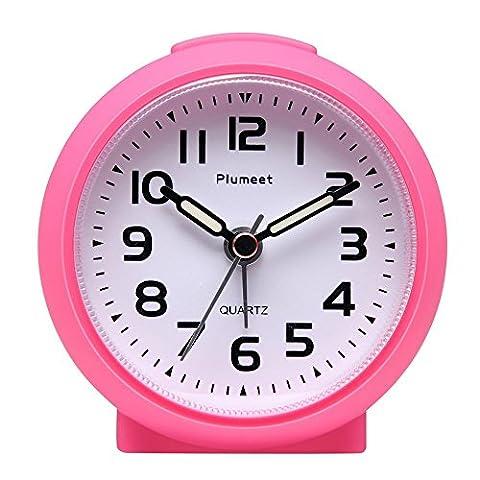 Kleine Uhr, Plumeet nicht tickender Analog Quarzwecker mit Schlummermodus und Nachtlicht, niedlicher Farbe für Kinder, ansteigendem Soundalarm, einfach einzustellen, Handgerät-Größe, batteriebetrieben (Rosa)