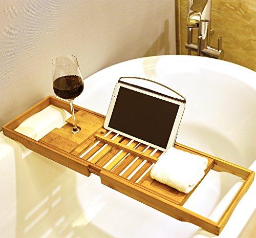 Premium Badewannenablage aus Bambus von Harcas. Wunderschönes ausziehbares Badewannentablett mit Weinglas-Halterung und iPad-Buch-Ablage.