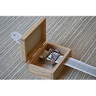 Do-it-yourself-Pack für die Herstellung Ihrer eigenen Spieluhr. Enthält eine individuell zu gestaltende Handkurbel und das angepasste Holzkästchen. 13 x 9 cm und Verschluss. Musik Box
