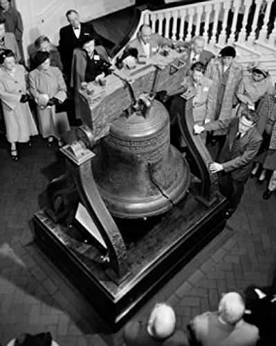 Bell Liberty Poster (High angle view of a group of men and women standing near a bell Liberty Bell Philadelphia Pennsylvania USA Poster Drucken (60,96 x 91,44 cm))