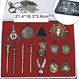 Daxoon Harry Potter Caja de Regalo de 15 Piezas, Harry Potters 4 Varita + Serie de 5 Piezas Insignia + Cadena Hermione + Llaves de Las Reliquias de la Muerte + 2 Llavero + Collar de Harry