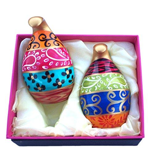 Salière et poivrier en fine porcelaine anglaise peinte a la main avec le dessin 'Tsarine'. Présentés en coffret cadeau.