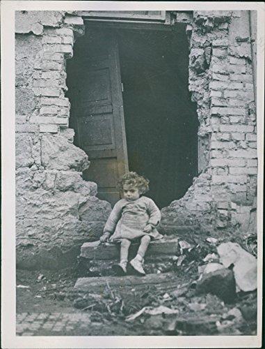 vintage-foto-de-un-nino-de-2-anos-italiano-nino-ignazzio-virzi-se-coloca-sobre-el-shell-splintered-f