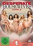 Pochette allemandeKaum eine Fernsehserie faszinierte ihr Publikum vom Start weg so sehr wie Desperate Housewives, die mit den Abenteuern der netten Frauen aus der Wisteria Lane die klassische Fernseh-Seifenoper zu neuem Leben erweckte - mit einem krä...