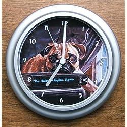 Reloj de pared con imagen de carlino sobre libros
