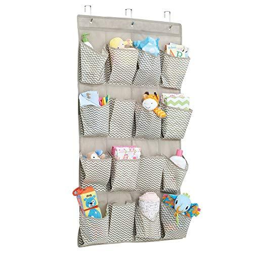 mDesign – Organizador de armarios con 16 bolsillos – Organizador de tela para colgar – Colgador de armario para cosas para bebés – Color gris pardo y crema