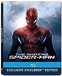 Peter Parker viene abbandonato dai suoi genitori da piccolo e viene allevato dagli zii Ben e May. Peter e' un geek che frequenta il liceo, senza amici, e si innamora della compagna Gwen Stacy. Un giorno il ragazzo viene in possesso di una valigetta c...