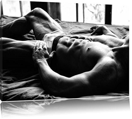 Muskulöser Mann im Bett Kunst B&W, Format: 120x80 auf Leinwand, XXL riesige Bilder fertig gerahmt mit Keilrahmen, Kunstdruck auf Wandbild mit Rahmen, günstiger als Gemälde oder Ölbild, kein Poster oder Plakat (Fitness-studio-wand-kunst)