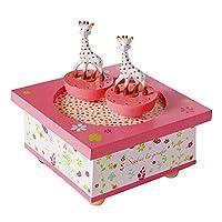 Décorez votre chambre de cette sublime boîte à musique en bois Sophie la Girafe ! Cette boîte à musique Sophie la Girafe a un thème estival, printanier. La boîte est rose, en bois. Elle est composée d'une manivelle située sous la boîte à musique et d...
