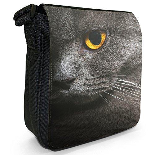 Fancy A Snuggle Nahaufnahme von grauen Katzen gelbes Auge Kleine Schultertasche aus schwarzem Canvas