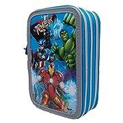 Grazioso borsello porta colori a 3 zip che raffigura i personaggi di Avengers del mondo Marvel. Il borsello è composto da 3 scomparti ogniuno di essi chiuso con un cerniera, nel primo troverete 1 matita, 2 penne, 1 gomma, 1 temperamatite, 1 r...