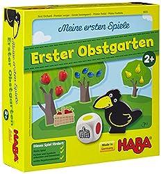Meine ersten Spiele - Erster Obstgarten ist eine entzückende Kleinkind-Variante des HABA-Spieleklassikers Obstgarten. Schaffen es die Kinder gemeinsam das Obst zu ernten, bevor der freche Rabe Theo den Garten erreicht? Der Würfel zeigt an, welches Ob...