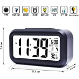 iProtect reloj de batería Powered, despertador digital con pantalla extra grande, repetición de alarma, fecha, temperatura y sensor de luz en negro