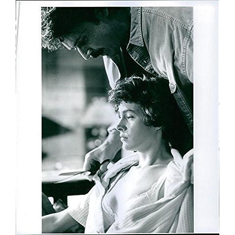 Vintage Foto Di Patrick Bergin taglio Sean giovani del panno con forbici durante una scena in film Love crimes.