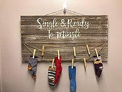 unknow Wandbild Single and Ready to Mingle Laundry Room Schild, Hand ed Laundry Room Schild, Abteilung of Missing Socks, Seeking Sole Mates Holzschild, personalisiertes Geschenk
