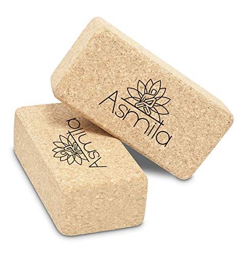 Asmita Premium Yoga Block – inklusive E-Book mit Übungen – hochwertiger Yogaklotz aus Kork für Yoga- und Pilates Übungen – optimale Yoga Utensilie für Intensivierung des Trainings