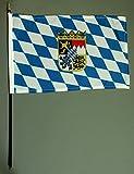 Handflagge Tischflagge Bayern mit Wappen und Raute 20x30 cm mit 42 cm Mast aus PVC-Rohr, ohne Ständerfuß, Stockflagge