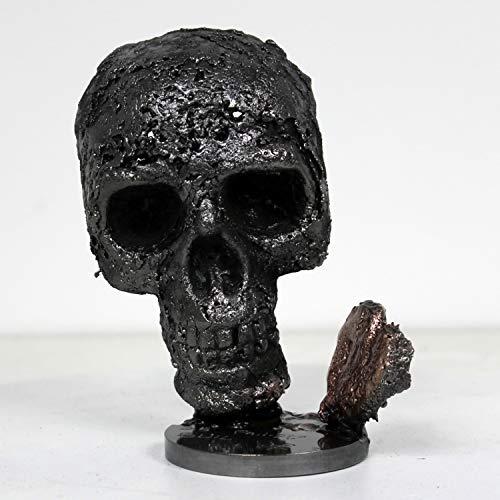 Ein Herz aus Eitelkeit - Skulptur aus Metall, Totenkopf aus Stahl und Herz aus Bronze von Philippe Buil -