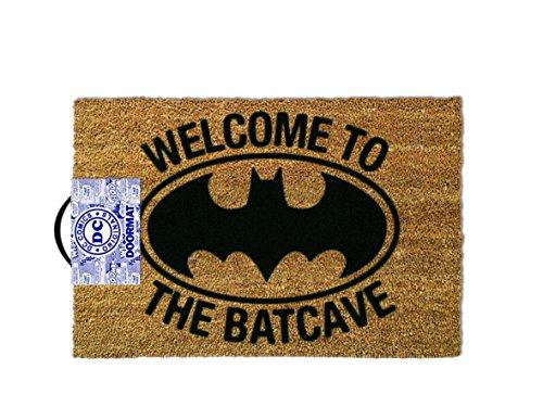 Aquí está la alfombra de bienvenida ideal para los fans del Caped Crusader. Con un diseño de logotipo fresco con el motivo 'Bienvenido a la Batcave', nuestra alfombrilla Batman mide aproximadamente 60cm x 40cm y está hecha de materiales duraderos con...