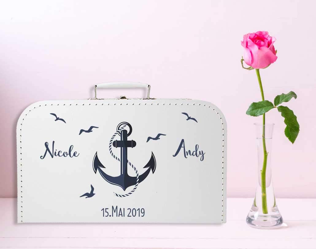 Livingstyle-Wanddesign-Personalisierter-Koffer-zur-Hochzeit-in-wei-mit
