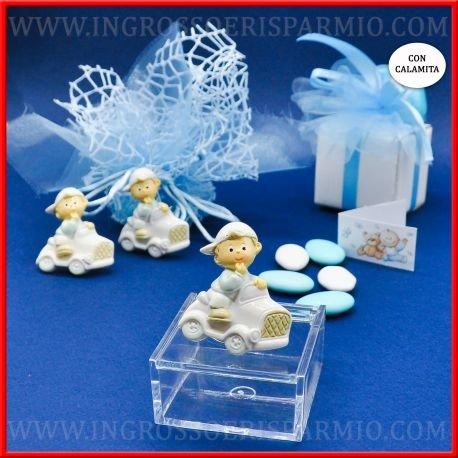 Magnete/calamita in resina colorata a forma di bimbo in una macchinina con berretto e magliettina celeste da maschietto - bomboniere battesimo,nascita,comunione, primo compleanno (kit 48 pz + confezione)
