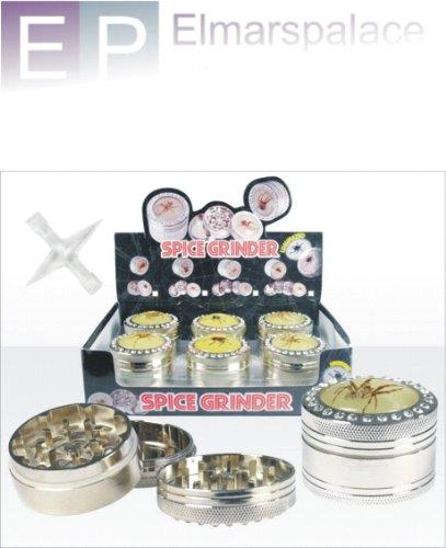 Spice Grinder Small, 3-teilig, aus Metall mit Magnethalterung. Das Set besteht aus: Deckel, Mahlwerk, Aufbewahrungsbehälter und Reinigungskreuz. Als Motive zieren echte, eingegossenen Insekten den Grinder. Durch die phosphorisierende Farbe leuchtet der Grinder im Dunklen. Maße: ca. Ø 5cm x 3,5cm Spice Grinder Set